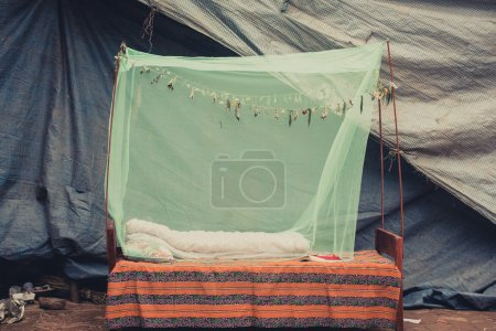 Photo pour Lit extérieur avec une moustiquaire verte à Bhaktapur, Népal - image libre de droit