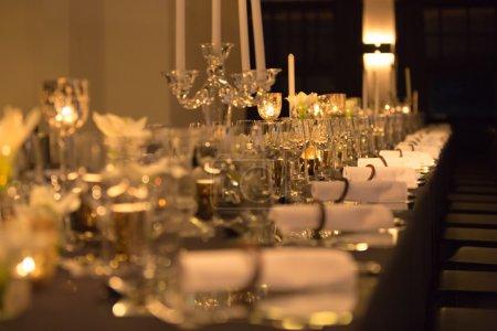 Photo pour Table de Noël en définissant, photo de style rétro, verres de champagne, blanche vaisselle festive, flou. - image libre de droit