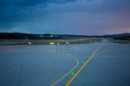 phares d'atterrissage de nuit sur la piste de l'aéroport