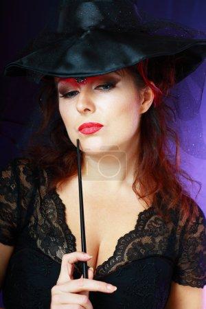 Photo pour Jolie jeune femme brune habillée en fée avec baguette magique - image libre de droit