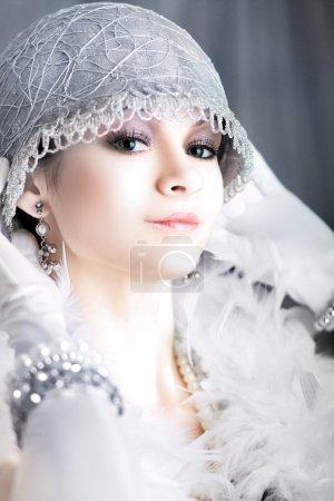 Photo pour Fille rêvant belle jeune femme battant des années 20 rugissant en regardant la caméra noir et blanc avec une certaine teinte de couleur - image libre de droit