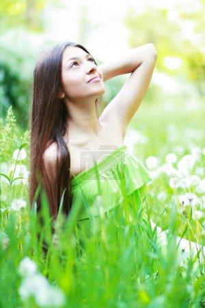 Photo pour Printemps beauté fille. belle jeune femme couché sur l'herbe verte en plein air. parc. Meadow. été. fille de printemps sur le champ. bonheur. à l'extérieur. notion de jeunesse - image libre de droit