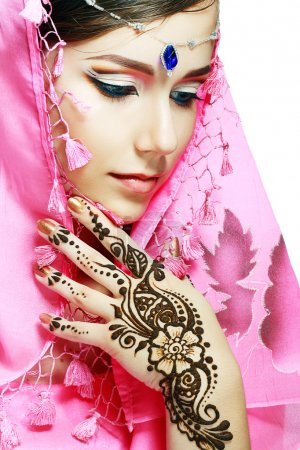 woman face henna on hand