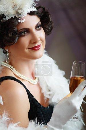 Photo pour Rêver belle femme d'âge moyen battant dame des années 20 rugissant en regardant la caméra. Teinte bleue sur l'image . - image libre de droit