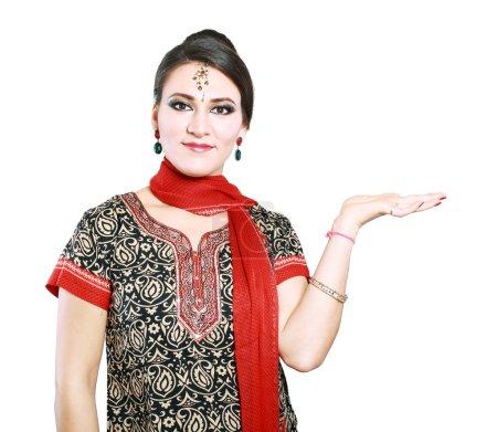 Photo pour Jeune femme indienne sur fond blanc - image libre de droit