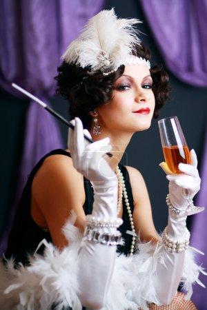 Foto de Fumando y bebiendo a señora flapper de los años veinte - Imagen libre de derechos
