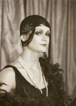 Foto de Hermosa joven cerrar retrato en aleta retro estilo diadema moda estilo vintage - Imagen libre de derechos