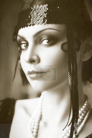 Photo pour Belle jeune femme bouchent portrait à clapet rétro style bandeau vogue style vintage - image libre de droit