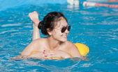 Dívka s válcem plavání