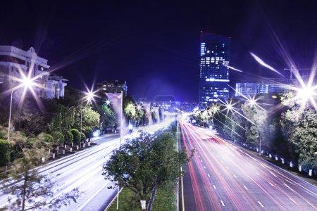 Photo pour Paysage urbain nocturne et circulation des véhicules le long du boulevard - image libre de droit