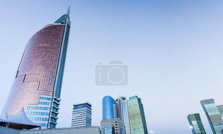 Photo pour Un groupe de gratte-ciel modernes debout dans le centre de la ville - image libre de droit