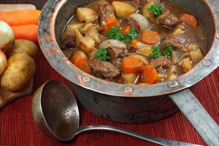 Photo pour Photo de Irish Stew ou Guinness Stew faite dans un vieux pot en cuivre bien usé . - image libre de droit