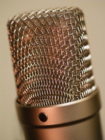 Photo pour Photo macro abstraite d'un grand microphone studio à diaphragme. Profondeur de champ faible . - image libre de droit