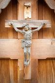 Dřevo, které rustikální sochu Ježíše ukřižovaného