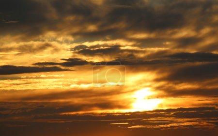 Photo pour Coucher de soleil, soleil du soir est mise dans les nuages - image libre de droit