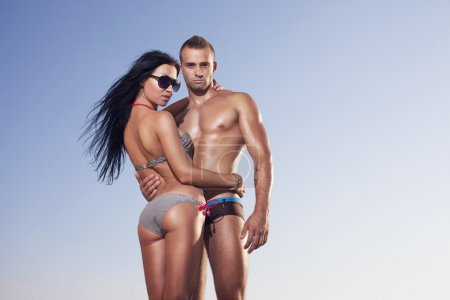 Foto de Atractiva pareja de fitness posando en el fondo del cielo - Imagen libre de derechos