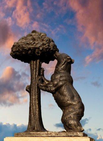 Photo pour L'ours et l'arbousier, symbole de Madrid - image libre de droit