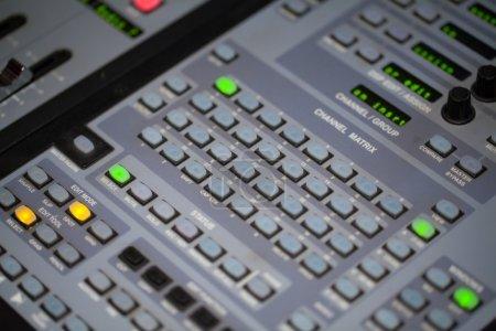 Photo pour Closeup table de mixage avec touches de matrice de canal - image libre de droit