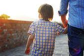 homme avec fils à pied et main dans la main