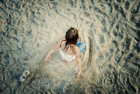 Photo pour Petite fille jouant sur le terrain de jeu - image libre de droit