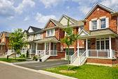 řada nových příměstských domovů