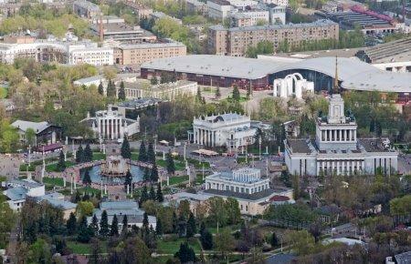 Photo pour La place de l'amitié des nations au centre d'exposition panrusse à Moscou, Russie - image libre de droit