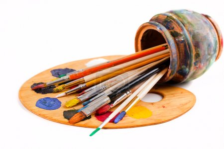 Photo pour Brosses et peintures à peindre posées sur la table dans la composition - image libre de droit