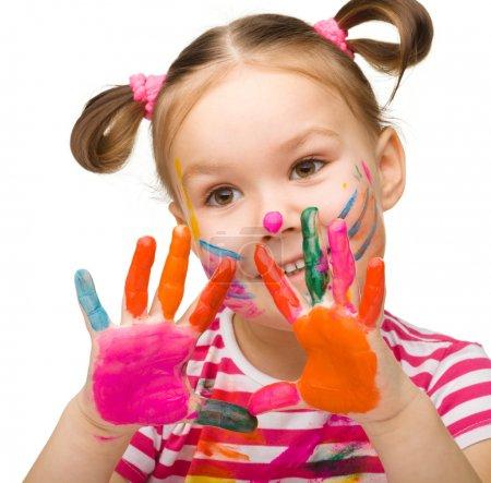 Photo pour Portrait d'une jolie fille joyeuse avec les mains peintes, isolée sur blanc - image libre de droit