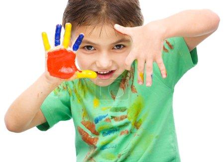 Photo pour Portrait d'un mignon garçon joyeux montrant ses mains peintes dans des couleurs vives, isolé sur blanc - image libre de droit