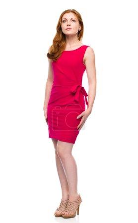 Photo pour Portrait d'une jeune femme en robe rouge, isolée sur blanche - image libre de droit