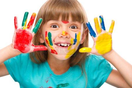 Photo pour Portrait d'une jolie fille joyeuse montrant ses mains peintes dans des couleurs vives, isolée sur blanc - image libre de droit