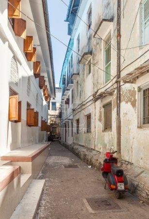 Photo pour Dans le coeur de ville ville de Pierre, qui est principalement constitué d'un dédale de rues étroites ruelles bordées de maisons, des magasins, des bazars et des mosquées. la plupart des rues sont trop étroites pour les voitures. Situé à zanzibar, Tanzanie. - image libre de droit