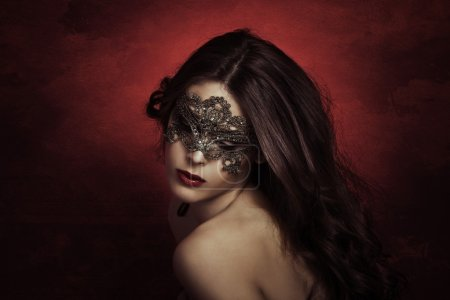 Photo pour Sensuelle belle jeune femme avec masque en dentelle, plan studio - image libre de droit