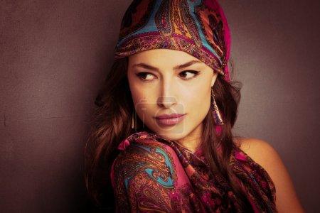 Photo pour Portrait de jeune femme belle regard oriental avec écharpe - image libre de droit
