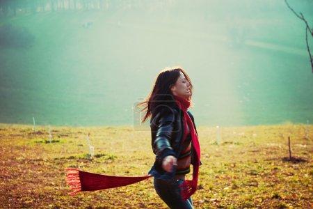 Photo pour Jeune femme heureuse courir dans le parc brumeux jour d'hiver couleurs rétro - image libre de droit