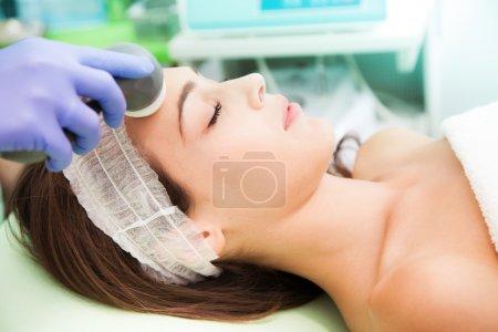 Photo pour Femme au traitement radio-chirurgie esthétique - image libre de droit