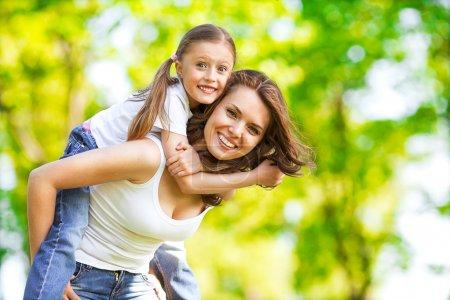 Photo pour Mère et fille dans le parc. fête des mères. - image libre de droit