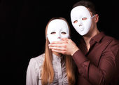 Módní šťastný pár v lásce s maska obličej