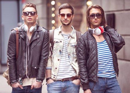 Photo pour Trois jeunes hommes de mode - image libre de droit