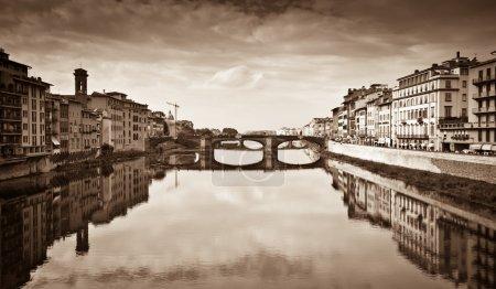 Photo pour Photo de style Sepia d'Arno vue sur la rivière depuis Ponte Vecchio, Florence, Italie . - image libre de droit