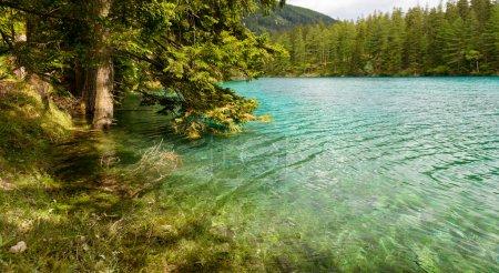 Photo pour Paysage avec montagnes et lac turquoise-Gruener See, Styrie, Autriche . - image libre de droit