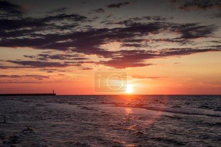 Photo pour Dramatique ciel coucher de soleil avec les nuages sur la mer de .baltic de l'eau. - image libre de droit