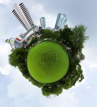 Photo pour Planète avec prairie verte et grands bâtiments urbains avec ciel bleu sur le fond - image libre de droit