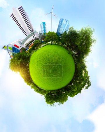 Photo pour Planète avec Prairie verte et des arbres et des grands immeubles urbains avec un ciel bleu sur le fond - image libre de droit