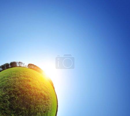 Photo pour Petite planète verte. Partie du panorama sphérique d'une prairie printanière verte avec soleil et ciel bleu clair - image libre de droit