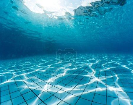 Photo pour Plan sous-marin de la piscine - image libre de droit