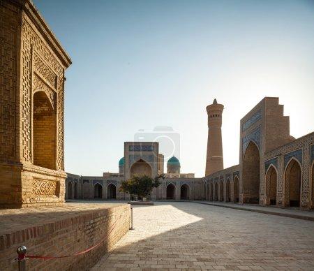 Photo pour Yard intérieure du poi kalyan oriental complexe journée ensoleillée. Boukhara, Ouzbékistan - image libre de droit