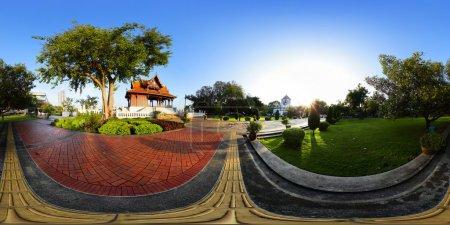 Photo pour Photographie panoramique (360 degrés), d'un jardin verdoyant avec monument bouddhiste et des allées au petit matin, bangkok, Thaïlande - image libre de droit