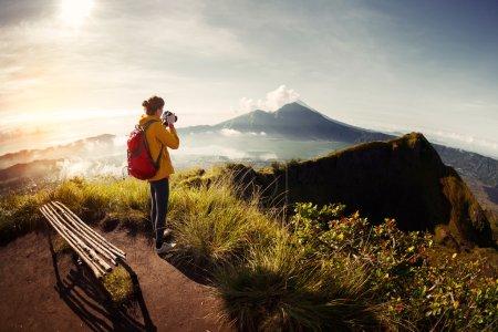 Foto de Foto caminante fotógrafo tomar el valle con las montañas desde el punto de vista - Imagen libre de derechos