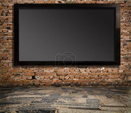 Photo pour Intérieur avec un téléviseur sur un vieux mur - image libre de droit